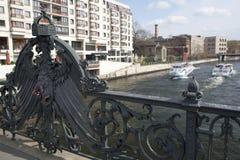 Een mening bij de rivierfuif van de Weidendammer-brug Royalty-vrije Stock Fotografie
