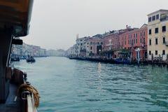 Een mening bij de straten en het water van Venetië van een Vaporetto Stock Foto's
