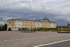 Een mening binnen Moskou het Kremlin Paleis van de Senaat De muur van het Kremlin Putin` s Woonplaats En onweerswolken stock fotografie