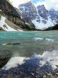 Een mening die over Morenemeer kijken, in Jasper National Park, Alber stock fotografie