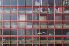 Een mening door de glasvoorgevel van een oud pakhuis Stock Foto's