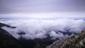 Een mening iver de bovenkant van een berg Stock Afbeeldingen