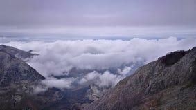 Een mening iver de bovenkant van een berg Stock Foto's