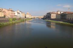 Een mening onderaan de Rivier Arno aan Ponte Vecchio Royalty-vrije Stock Foto's