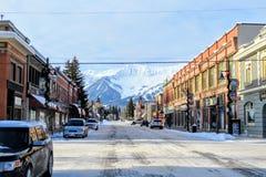 Een mening onderaan de straten van Fernie van de binnenstad, Brits Colombia, Canada op een zonnige ochtend tijdens de winter royalty-vrije stock foto's
