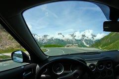 Een mening over de Alpen door de voorruit stock foto
