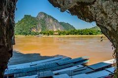 Een mening over de machtige Mekong Rivier van binnenuit Pak Ou Cave, Loas stock foto