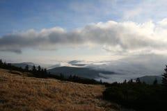 Een mening over wolken over Krkonose-bergen, Tsjechische Republiek Stock Afbeeldingen
