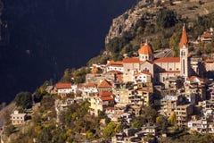 Een mening van Bcharre, een stad in Libanon hoog in de bergen op de rand van de Qadisha-Kloof Bcharre, Libanon royalty-vrije stock foto's