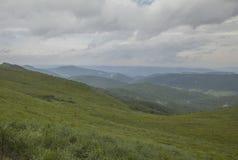 Een mening van Bieszczady-Bergen, Polen - hemel en weiden stock afbeeldingen