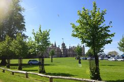 Een mening van Burghley-Huis van een open Park Stock Afbeeldingen