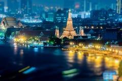 Een mening van Chao Praya River in schemering Bangkok, Thailand royalty-vrije stock fotografie
