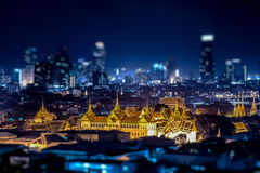 Een mening van Chao Praya River in schemering Bangkok, Thailand stock fotografie