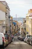 Een mening van cityscape van de binnenstad van Lissabon ` s met de Tagus-rivier en de brug ` 25 DE abril ` op de achtergrond Stock Afbeeldingen
