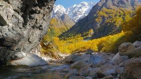 Een mening van de bergen van de kloof van de Tanandon-Rivier stock videobeelden