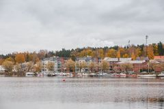 Een mening van de douane huisvest in de haven van meer Saimaa op een de herfstdag Stock Foto's