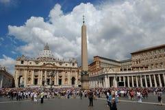 Een mening van de Egyptische obelisk en St Peter Basiliek in het Vierkant van Heilige Peter (Piazza San Pietro) stock afbeeldingen