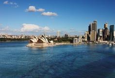 Een mening van de Horizon van het Huis van de Opera van Sydney en skysc Royalty-vrije Stock Afbeeldingen