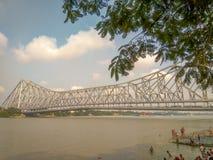 Een mening van de iconische Brug of Rabindra Setu van Howrah in Kolkata van Mullick ghat, stock fotografie