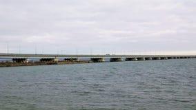 Een mening van de kust van een laag-waterbrug van de Sedanka-post aan het schiereiland van DE Friz door de Amur-Baai in het Verre