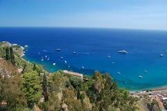 Een mening van de kust van Taormina, Sicilië Stock Foto