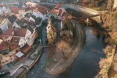 Een mening van de lucht aan mooie authentieke huizen en straten met een binnen rivier en een brug in de stad van Cesky Krumlov Royalty-vrije Stock Foto
