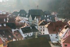 Een mening van de lucht aan mooie authentieke huizen en straten in de stad van Cesky Krumlov in de Tsjechische Republiek Één van Stock Afbeeldingen