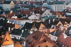 Een mening van de lucht aan mooie authentieke huizen en straten in de stad van Cesky Krumlov in de Tsjechische Republiek Één van Stock Fotografie