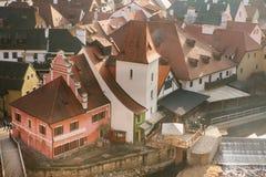 Een mening van de lucht aan mooie authentieke huizen en straten in de stad van Cesky Krumlov in de Tsjechische Republiek Één van Stock Foto's