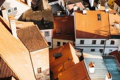Een mening van de lucht aan mooie authentieke huizen en straten in de stad van Cesky Krumlov in de Tsjechische Republiek Één van Royalty-vrije Stock Foto