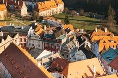 Een mening van de lucht aan mooie authentieke huizen en straten in de stad van Cesky Krumlov in de Tsjechische Republiek Één van Stock Afbeelding