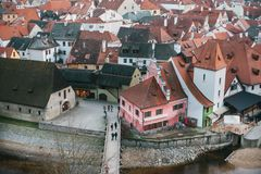 Een mening van de lucht aan mooie authentieke huizen en straten in de stad van Cesky Krumlov in de Tsjechische Republiek Één van Stock Foto
