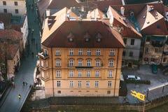 Een mening van de lucht aan mooie authentieke huizen en straten in de stad van Cesky Krumlov in de Tsjechische Republiek Één van Royalty-vrije Stock Afbeelding
