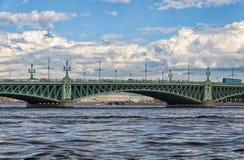 Een mening van de Neva-rivier en een fragment van de Drievuldigheidsbrug Stock Foto