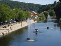 Een mening van de Onze rivier in Vianden in Luxemburg Stock Foto