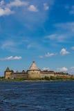 Een mening van de Oreshek-vesting in de zomerdag Royalty-vrije Stock Foto's