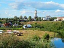 Een mening van de oude stad van Suzdal in Rusland Stock Afbeeldingen