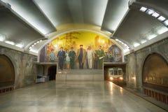 Een mening van de Post, het mozaïek en de trein van Puhung Mangyongdaelijn van Pyongyang Metro DPRK - Noord-Korea Stock Fotografie