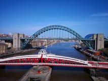 Een mening van de rivier de Tyne met inbegrip van de millenniumbrug en andere bruggen stock afbeeldingen