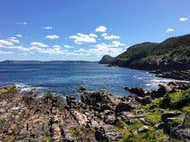 Een mening van de rotsachtige oever langs de oostkust sleept de enorme Atlantische Oceaan terwijl wandeling buiten St John's, N stock afbeeldingen
