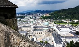 Een mening van de stad van Salzburg, Austrai met het donkere stormachtige wolken naderbij komen stock foto's