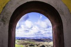 Een mening van de vallei, de bergen door een oude steen Bourgondië overspant stock afbeeldingen