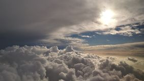 Een mening van de wolken van het vliegtuig Stock Foto's