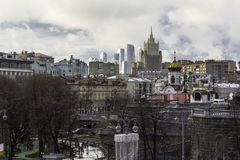 Een mening van de wolkenkrabbers van de kant van de Patriarchale brug Royalty-vrije Stock Fotografie