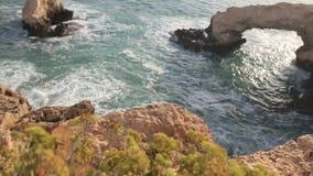 Een mening van een overzeese kust in Kavo Greko nenar Aiya Napa, Cyprus stock video