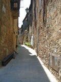 Een mening van een straat in Civitella in Italië Stock Foto