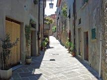 Een mening van een straat in Civitella in Italië Royalty-vrije Stock Foto