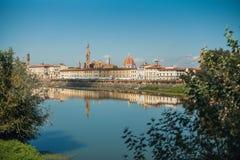 Een mening van Florence van de weg dichtbij de Rivier Arno, Florenze, Toscanië royalty-vrije stock afbeelding
