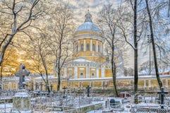 Een mening van Heilige Drievuldigheidskathedraal van Nikolskoye-begraafplaats Royalty-vrije Stock Foto