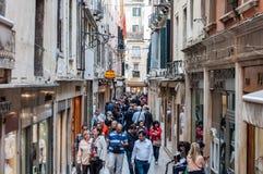 Een mening van het de marktenhoogtepunt van Venetië van toeristen het winkelen en sigh Royalty-vrije Stock Foto